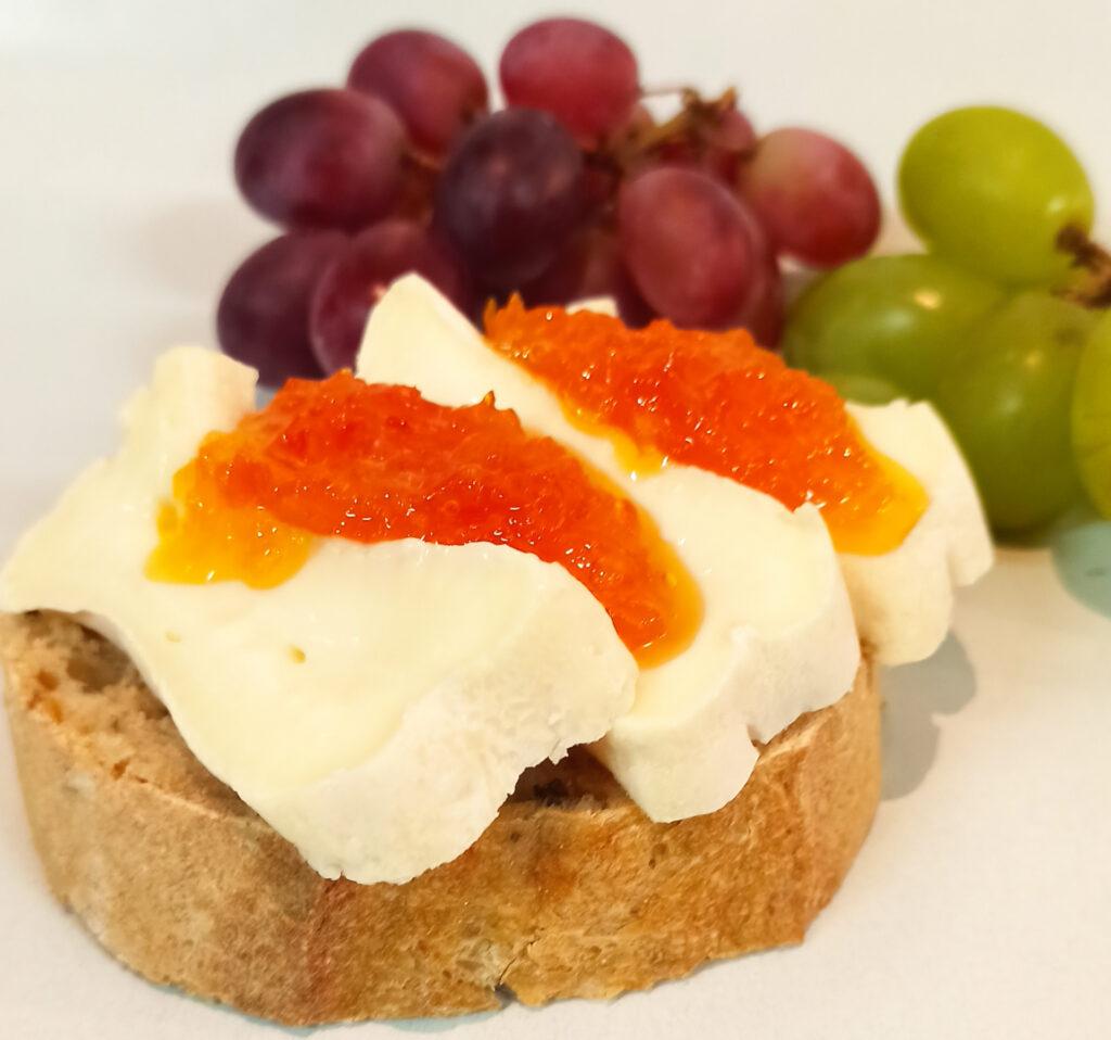Chili-Marmelade Käse, Weintrauben und Brot
